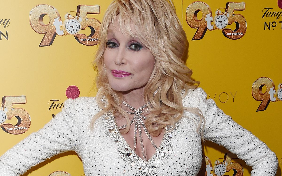 Für ihre Bescheidenheit wird die Country-Sängerin Dolly Parton derzeit auf Twitter gefeiert.