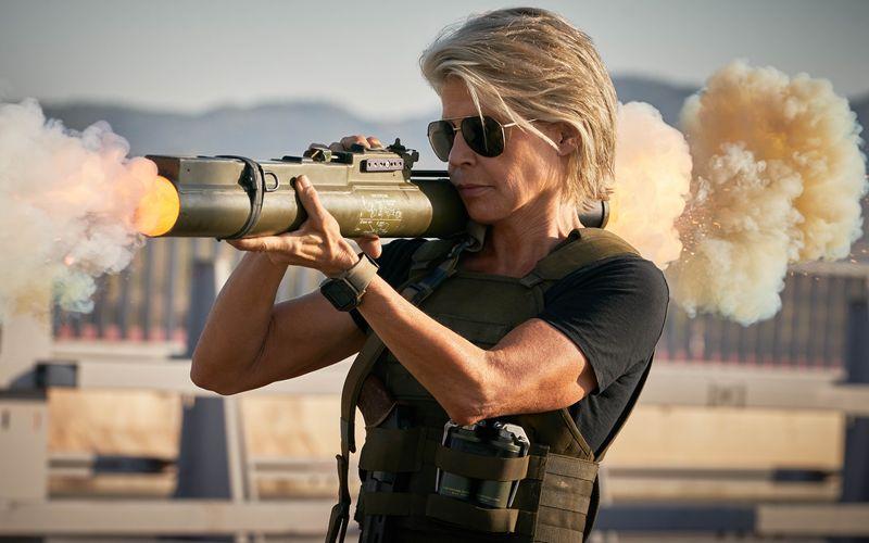 """Frauen, die ganz dicke Wummen selbst in die Hand nehmen? Die Regel ist das immer noch nicht - auch wenn in """"Terminator: Dark Fate"""" (2019) Linda Hamilton einmal mehr als Sarah Connor zur XXL-Kanone griff. Die Schauspielerin, die am 26. September 65, ist eine weibliche Action-Ikone und längst nicht die einzige Heldin, neben der Männer schwach aussehen oder werden ..."""