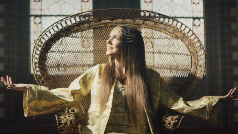 """Carolin Kebekus setzt sich mit der katholischen Kirche immer wieder kritisch auseinander, wie hier im Musikvideo """"Ave Maria - Alle Ladys in Gottes Gemeinden""""."""