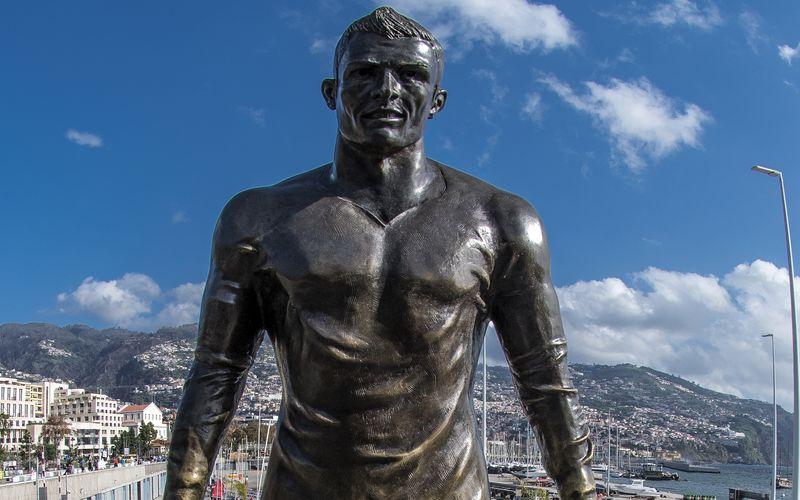 Über diese Statue wunderte sich die Welt: In Madeira, der Heimat von Fußball-Superstar Cristiano Ronaldo wurde dieses Abbild aufgestellt - das vor allem durch das überdeutlich modellierte Geschlecht auffiel. Dieses Denkmal ist nicht die einzige Geschmacksverirrung ihrer Art, wie unsere Galerie zeigt ...