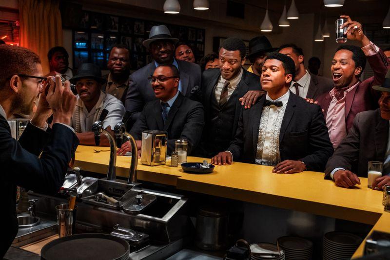 Cassius Clay (Eli Goree, zweiter von rechts) lässt sich nach seinem Sieg feiern. Malcolm X (Kingsley Ben-Adir) hält den Moment mit der Kamera fest.