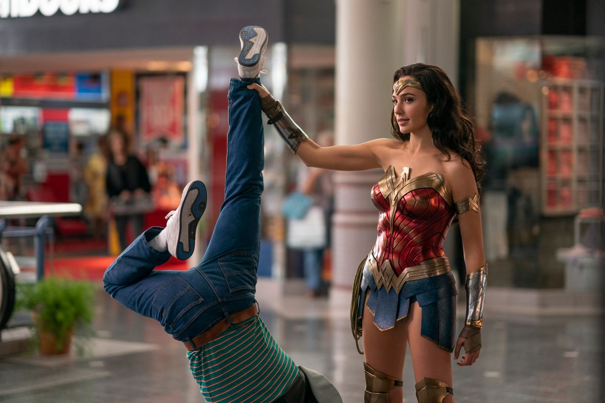 Immer da, wenn sie gebraucht wird: Nach einem Überfall in einer Shoppingmall räumt Diana alias Wonder Woman (Gal Gadot) auf.