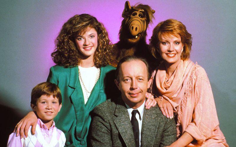"""Vor 35 Jahren landete der wohl beliebteste Serien-Außerirdische auf der Erde: Am 22. September 1986 lief im US-Fernsehen die erste Folge """"Alf"""". Fortan eroberte der liebenswerte Fellträger vom Planeten Melmac nicht nur die Herzen seiner Gastfamilie Tanner, sondern auch jene der deutschen Fernsehzuschauer.  Anlass genug, um mal zu schauen, was aus den Darstellern der Kultserie wurde ..."""