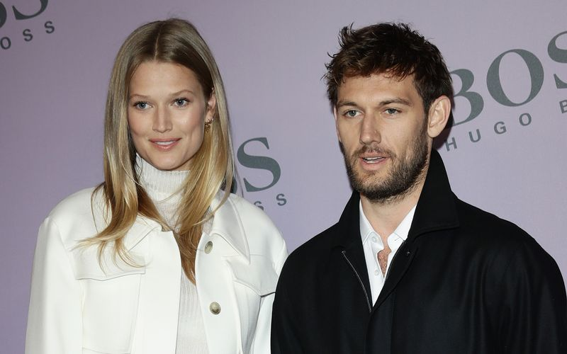 2020 gaben sich Toni Garrn und Alex Pettyfer das Jawort. Nun krönt Töchterchen Luca Malaika die Liebe des Paares.