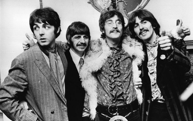 """Ob Ringo Starr (zweiter von links) der beste Schlagzeuger der Welt sei, wurde John Lennon (dritter von links) einmal gefragt. Seine Antwort: """"Er ist nicht einmal der beste Schlagzeuger der Beatles!"""" Später rückte Lennon den Taktgeber der Fab Four dann doch noch ins rechte Licht: """"Ringo ist ein verdammt guter Drummer!"""""""