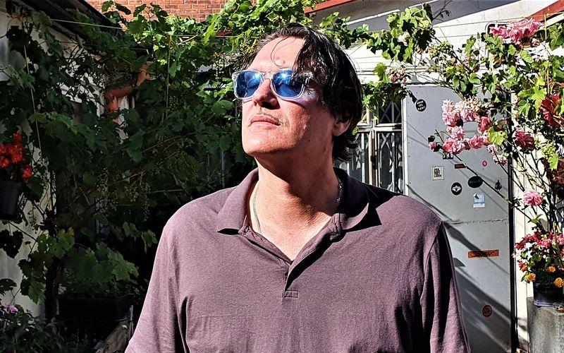 """Die 3sat-Dokumentation """"Pop. Nation. Deutschland"""" zeigt das schwierige, teils gebrochene Verhältnis deutscher Musiker zu ihrem Land. Unter anderem kommt Frank Spilker von der Indie-Band Die Sterne zu Wort."""