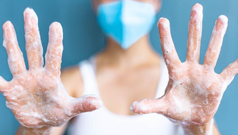 """Die aktuell geltenden Empfehlungen zur Eindämmung der Pandemie sind auch unter dem Begriff """"AHA-Regeln"""" bekannt. Doch was bedeutet das eigentlich? Ganz einfach, die Abkürzung steht für: Abstand halten - Hygiene beachten - Alltagsmaske tragen (Mund-Nasen-Bedeckung)."""