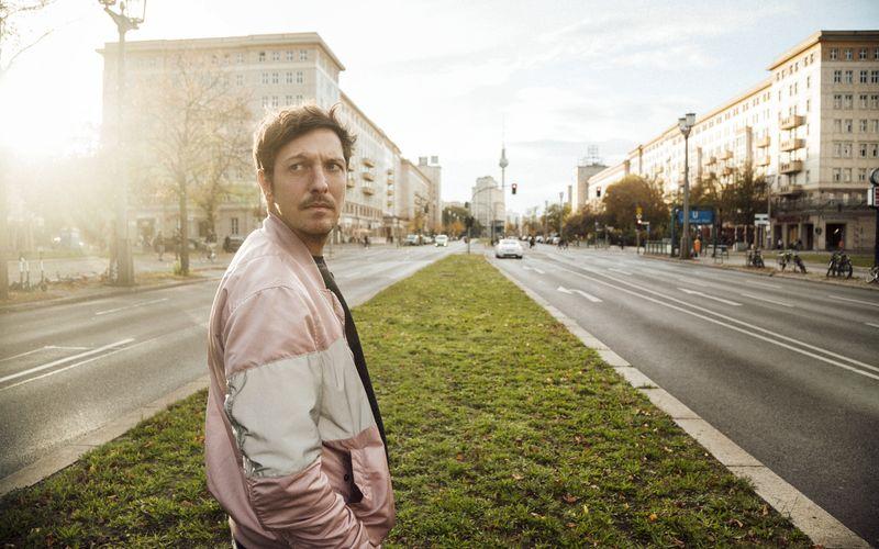 """Für seine Reportage """"ProSieben Spezial - Deutsche an der ISIS Front"""" wurde Thilo Mischke mit dem Bayerischen Fernsehpreis 2020 in der Kategorie Information ausgezeichnet. Erst kürzlich sorgte der TV-Reporter auch mit dem Film """"Rechts. Deutsch. Radikal"""" für Aufsehen."""