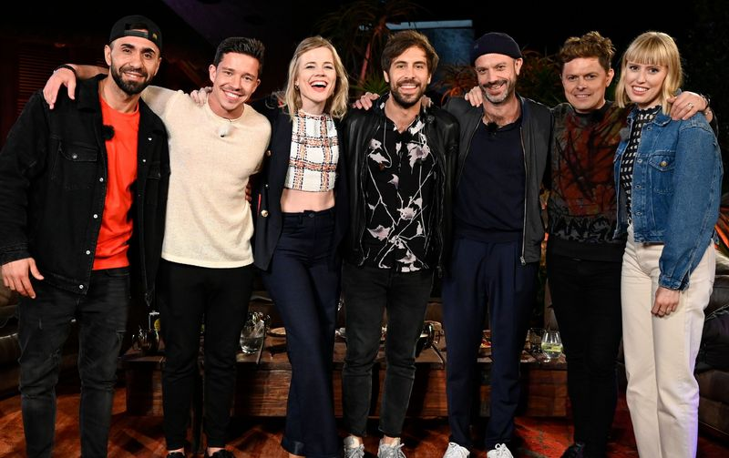 """Die """"Sing meinen Song""""-Stars (von links) MoTrip, Nico Santos, Ilse DeLange, Max Giesinger, Jan Plewka, Michael Patrick Kelly und LEA dürfen sich über Album-Gold freuen."""