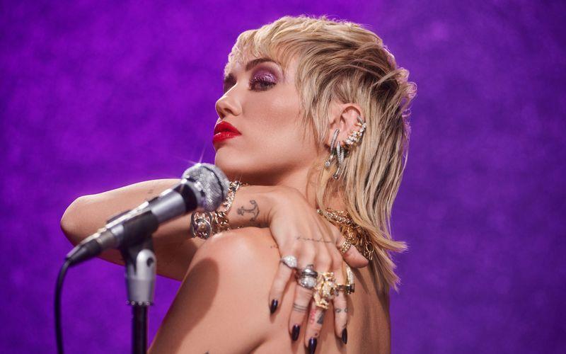 """In der Nacht von Donnerstag auf Freitag veröffentlicht Miley Cyrus das Video zu ihrem neuen Song """"Prisoner""""."""