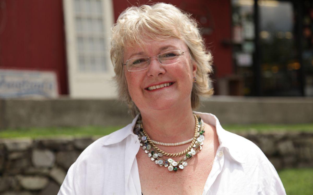 """Kennen Sie diese Frau? Es ist Schriftstellerin Katie Fforde, deren Liebesromane als Vorlage für TV-Schnulzen im ZDF-""""Herzkino"""" bilden. Doch sie ist nicht die einzige große Unbekannte: Die Galerie stellt sie und andere Ladies vor, die hinter den hinter den berühmten TV-Reihen-Marken stehen ..."""
