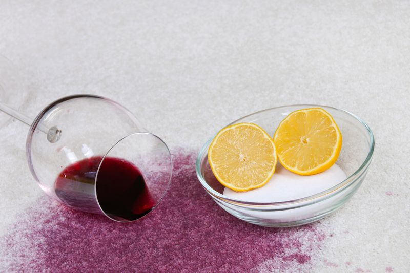 Diesen Trick kennen sicher bereits einige: Hat man Rotwein verschüttet, muss man schnell handeln. Bestreuten Sie den Fleck mit einer ordentlichen Portion Salz und lassen Sie es mindestens 20 Minuten einwirken. Nachdem Sie das Salz eingesaugt oder ausgebürstet haben, spülen Sie mit viel Wasser, am besten Sprudelwasser, nach.