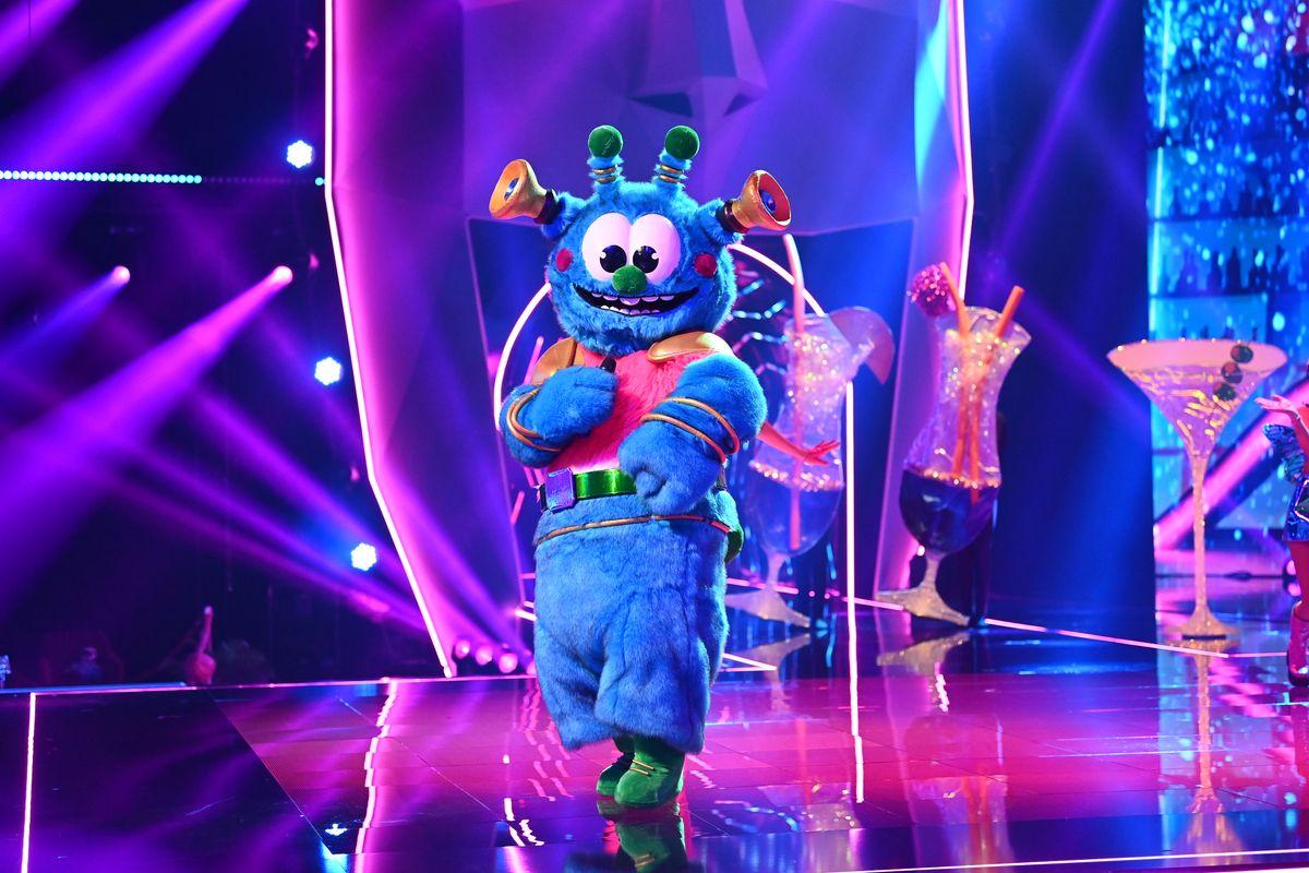 """Mit über zwei Metern ist das Alien das größte Kostüm in der dritten Staffel von """"The Masked Singer"""". Zu seinen besonderen Merkmalen zählen der Hüftschwung ebenso wie seine geräuschempfindlichen Lautsprecherohren, die dem Alien den Kosenamen """"Trötenöhrchen"""" eingebracht haben. Doch welcher Promi steckt unter dem liebenswerten Kostüm?"""