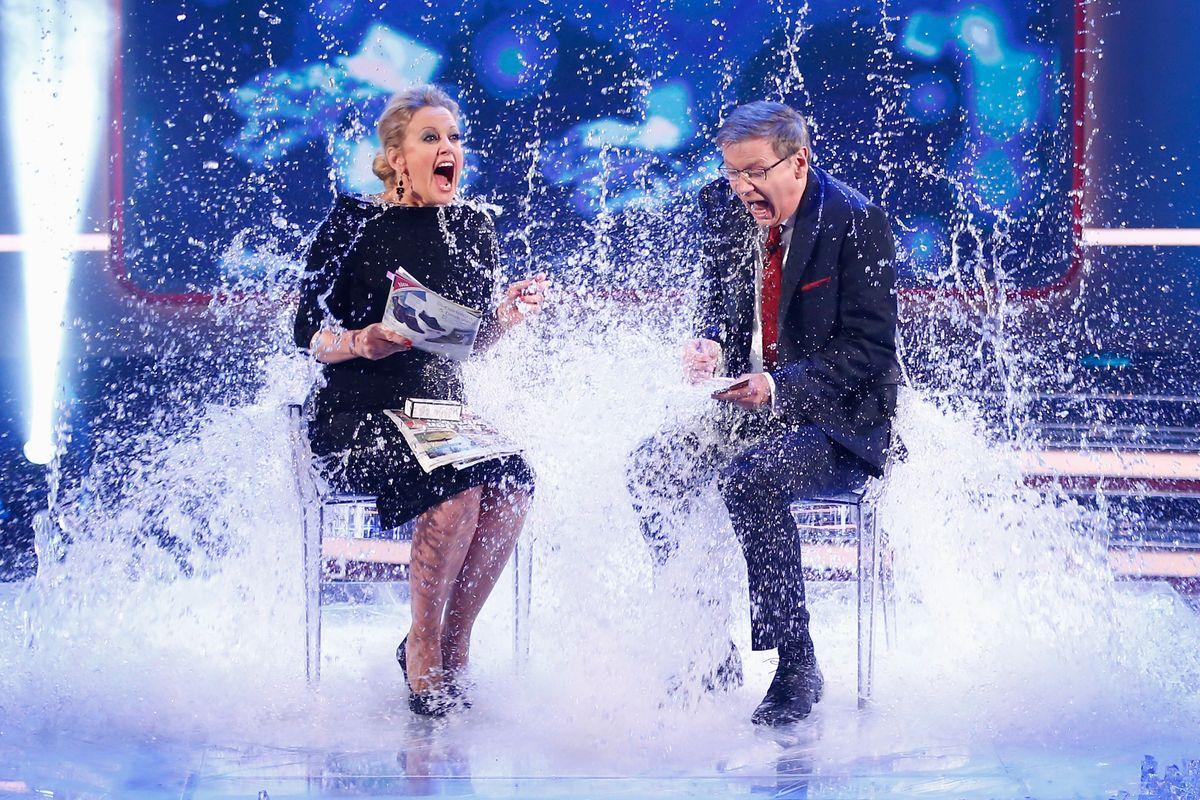 2014 war das Jahr der Ice Bucket Challenge, weshalb sie auch im RTL-Jahresrückblick nicht fehlen durfte. Hier erhalten Barbara Schöneberger und Moderator Günther Jauch eine Abkühlung.