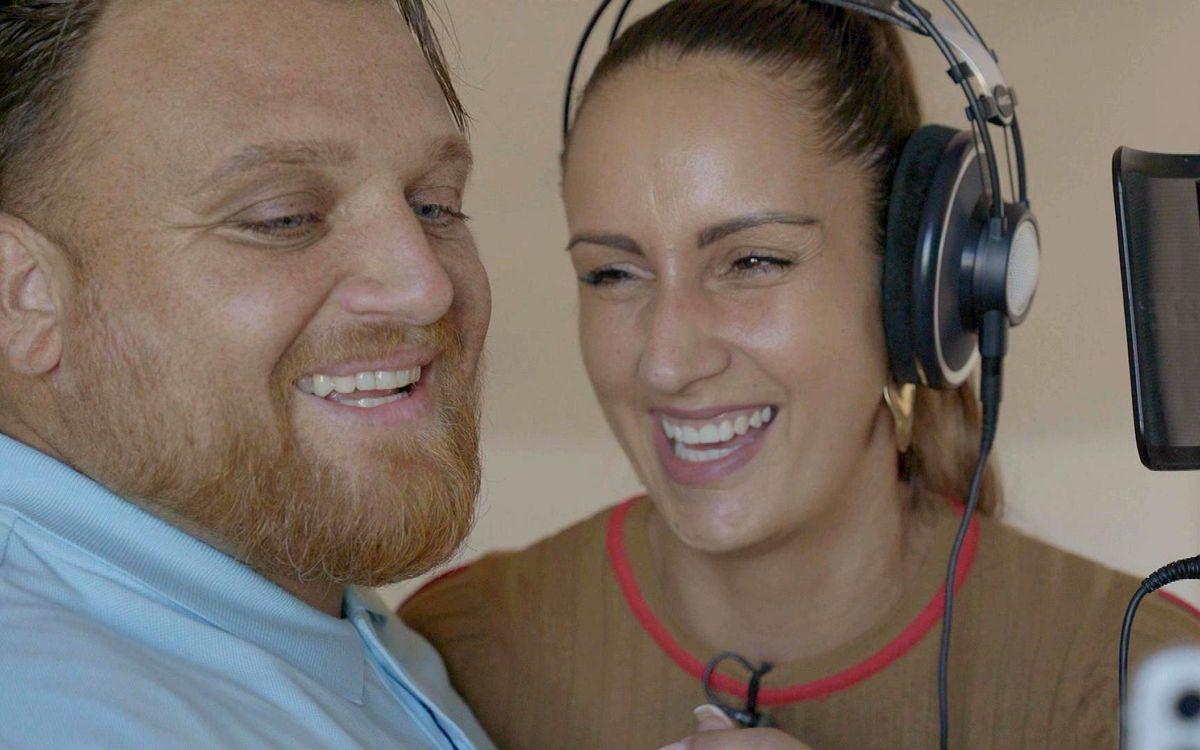 """""""Menowin - Mein Dämon und ich"""" begleitet den Sänger Menowin Fröhlich durch seinen Entzug. Ehefrau Senay unterstützt den 33-Jährigen, wo sie kann."""