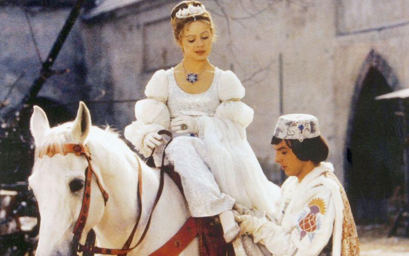 """Libuše Šafránková spielte in """"Drei Haselnüsse für Aschenbrödel"""" die Hauptrolle an der Seite des Prinzen (Pavel Trávnícek)."""