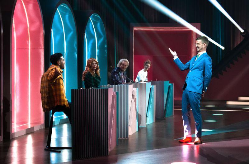 Von links: Elyas M'Barek, Palina Rojinski, Thomas Gottschalk und Zuschauerin Luisa wollen Moderator Joko Winterscheidt die Show stehlen - buchstäblich!