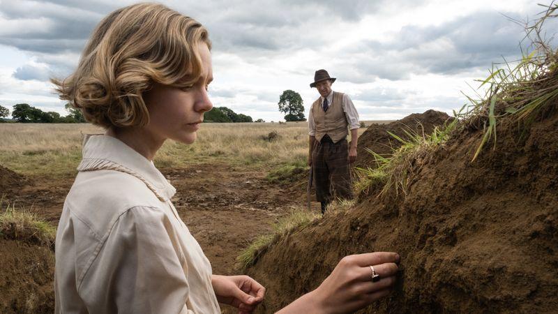Edith Pretty (Carey Mulligan) und Basil Brown (Ralph Fiennes) machen einen Sensationsfund.