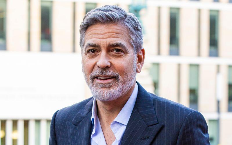 Was, dieser Mann feiert nun tatsächlich seinen 60. Geburtstag? Kaum zu glauben, schließlich verfallen beim Anblick von George Clooney noch immer reihenweise Frauen in Schnappatmung. Trotz grauer Haare und mittlerweile nicht zu übersehender Falten verkörpert er einen reifen Typ Mann, der zeigt, wie man in Würde altert.