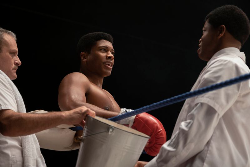 """""""The Greatest"""": Der 22-jährige Cassius Clay (Eli Goree, Mitte) hat in Miami die Weltmeisterschaft im Schwergewicht gewonnen."""