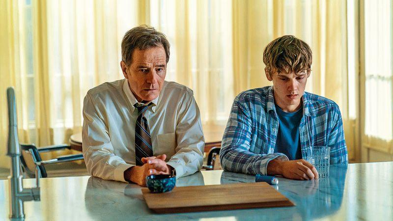 Der Beginn der Verzweiflung: Michael Desiato (Bryan Cranston, links) erfährt von seinem Sohn (Hunter Doohan) von einem schrecklichen Unfall mit Todesfolge und Fahrerflucht.