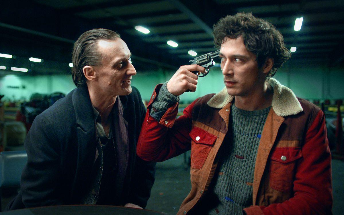 Juri (Noah Saavedra, rechts) spielt mit dem Tod (Marko Mandić) Russisches Roulette.