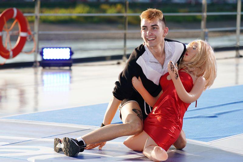Maite Kelly fand die Darbietung von Nikita Hans und seiner Latexpuppe Katja beinahe wörtlich zum Kotzen. Sie wendete sich angeekelt ab.