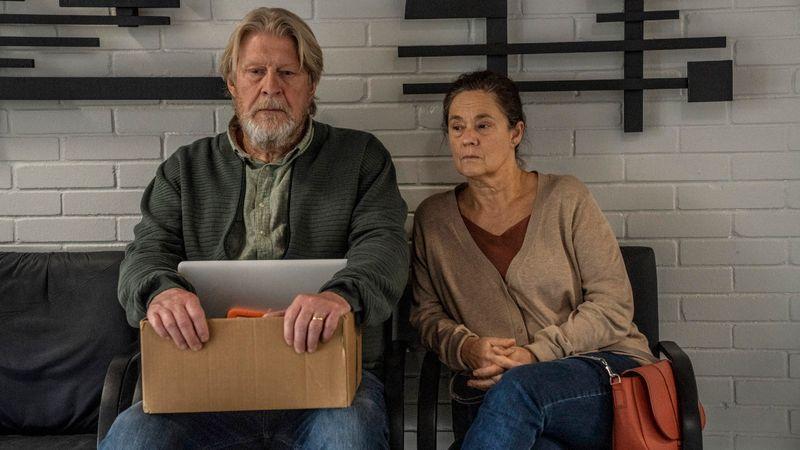Joachim Wall (Rolf Lassgård) und Ingrid Wall (Pernilla August) hoffen lange, dass ihre Tochter Kim noch lebt.