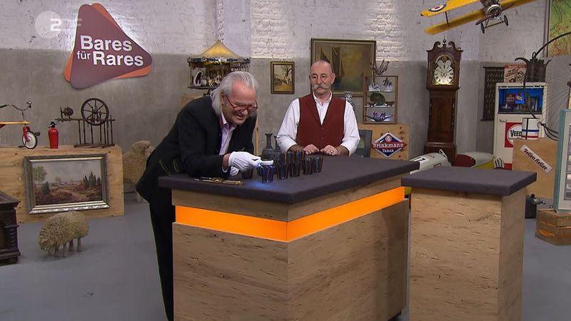 """Ein paar bunte Gläser machten Albert Maier richtig glücklich. Denn was Horst Lichter noch nicht ahnte: Auf dem """"Bares für Rares""""-Tisch stand ein kleines Vermögen!"""
