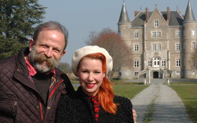 """Das britische Paar Dick Strawbridge und Angel Adoree erfüllt sich in der neuen Serie """"Unser Traum vom Schloss"""" einen ganz besonderen Wunsch und kauft ein französisches Schloss. Vom Märchenschloss ist das baufällige Chateau allerdings noch weit entfernt."""