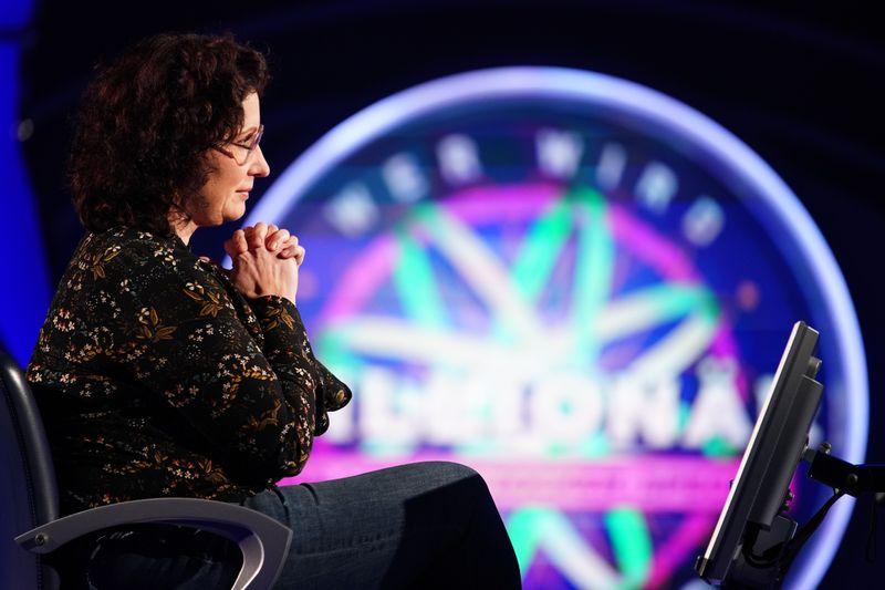 """Stoßgebet? Christine Frank machte es beim """"Wer wird Millionär?""""-Zockerspecial am Freitag spannend."""