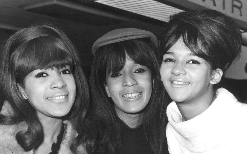 Die Ronettes verdanten ihren Erfolg auch der bahnbrechenden Produktion Phil Spectors. Ronnie Bennett (links) wurde später seine Ehefrau.