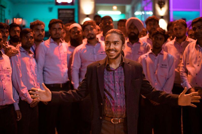 Nach harten und blutigen Lehrjahren als Diener und Fußabtreter, hat sich Balram (Adarsh Gourav) zum erfolgreichen Geschäftsmann hochkorrumpiert.