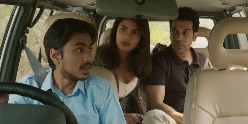 Balram (Adarsh Gourav, links) zeigt seinen Herrschaften Pinky Madam (Priyanka Chopra Jonas) und Ashok (Rajkummar Rao) auf einer Tour in ihre gemeinsame Heimat das dreckige Indien.