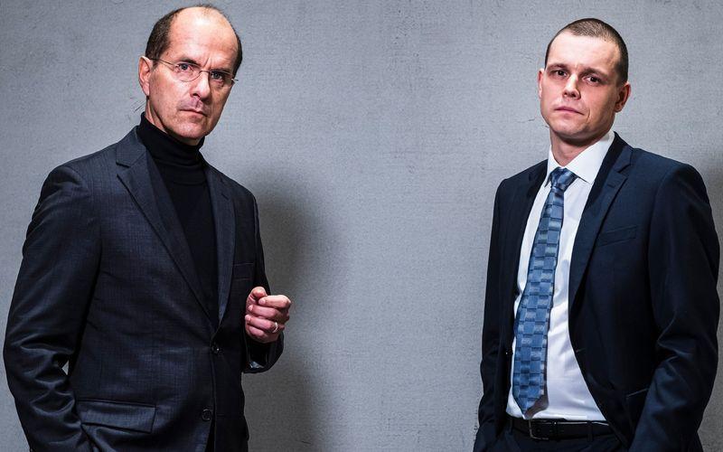 """Wirecard-Chef Markus Braun (Christoph Maria Herbst, links) und Jan Marsalek (Franz Hartwig) stehen im Zentrum von """"Der große Fake - Die Wirecard-Story""""."""