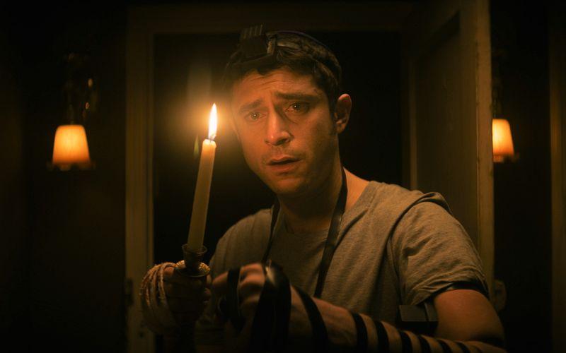 Mit einer Kerze bewaffnet stellt sich Yakov (Dave Davis) der dunklen Macht.