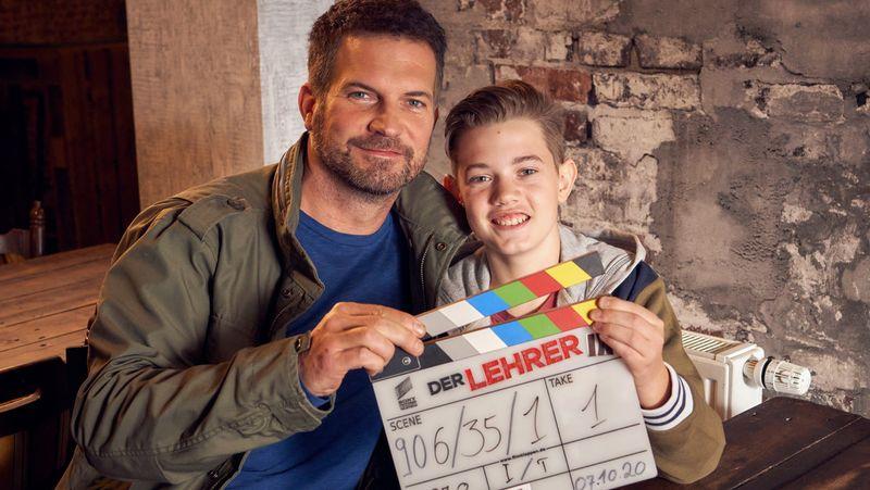 Am Set wird Simon Böer (links) von seinem eigenen Sohn unterstützt: Der 13-jährige Milon gibt in der Serie sein Schauspieldebüt.