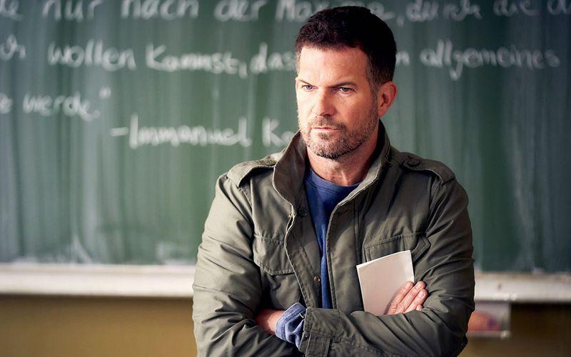 """Als Mathelehrer David Ritter wird der Schauspieler Simon Böer fortan in der langjährigen Erfolgsserie """"Der Lehrer"""" auf RTL zu sehen sein. Die erste Folge mit dem Titel """"Weil ich 'ne Lücke füllen muss"""" läuft bereits kommenden Donnerstag, 28. Januar."""