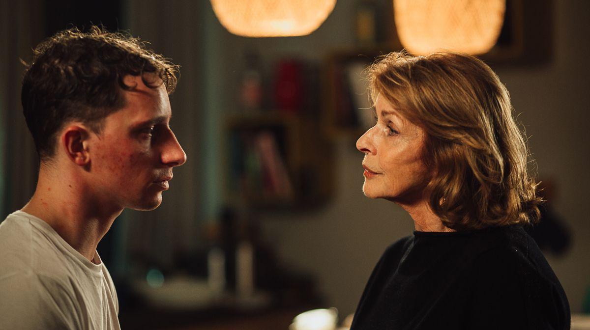 Martha (Senta Berger) kümmert sich um Tommy (Jonathan Berlin). Doch der hat ein Geheimnis ...