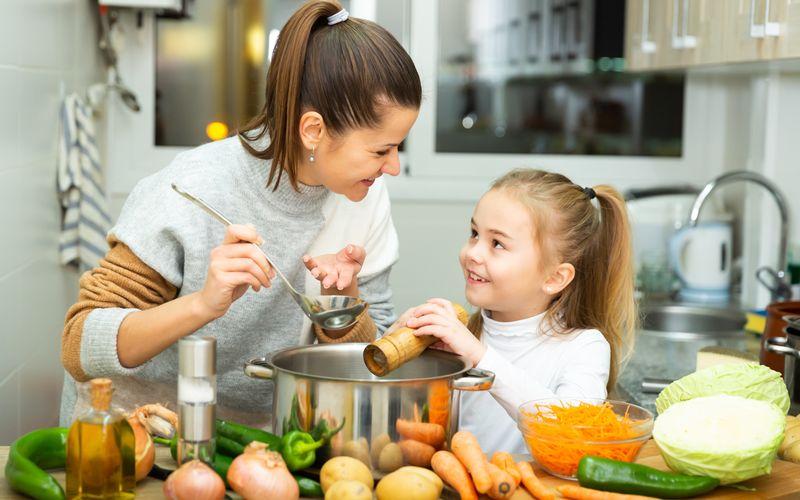 Um die körpereigenen Abwehrkräfte zu stärken, braucht es keine Pulver oder Nahrungsergänzungs-Mittelchen. Es gibt zahlreiche natürliche Produkte, die dem Körper die nötige Kraft geben, um sich gegen Krankheiten behaupten zu können. Erfahren Sie in der Galerie, welche Lebensmittel am effektivsten unser Immunsystem unterstützen.