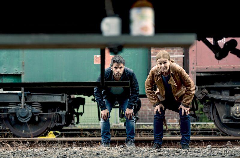 """Die Privatdetektive Anne Marie Fuchs (Lina Wendel) und Youssef el Kilali (Carim Chérif) betreiben im Donnerstagskrimi """"Die Füchsin - Treibjagd"""" erfolgreich die Suche nach einem Entführungsopfer."""