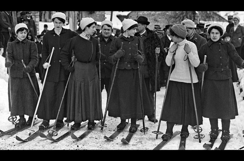 Lange galt Skifahren als Männer-Domäne, doch auch viele Fahrerinnen drängten auf die Hänge.