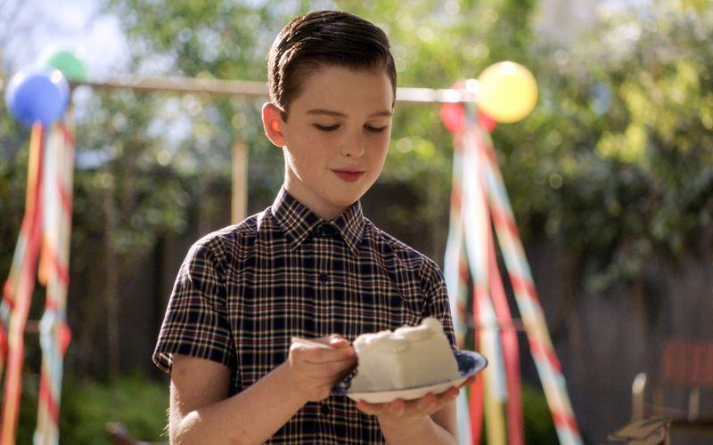 Für den jungen Sheldon Cooper (Iain Armitage) stehen bald große Veränderungen an. Das College ruft und die Highschool-Zeit steht zu Beginn der vierten Staffel kurz vor dem Abschluss.