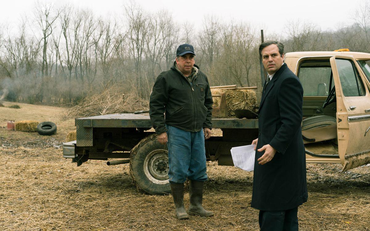 Farmer Wilbur Tennant (Bill Camp, links) zeigt dem zunächst skeptischen Anwalt Rob Bilott (Mark Ruffalo), welche Auswirkungen die giftigen Abwässer auf seine Tiere haben.