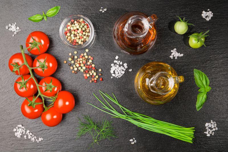 Und selbst beim Kochen kann die Zugabe von Salz reduziert werden - mit schmackhaften und würzigen Alternativen wie Sojasauce, frischen Kräutern oder hochwertigem Essig. Denn auch diese natürlichen Geschmacksverstärker schenken Lebensmitteln das gewisse Extra an Würze - und das mit deutlich weniger oder sogar gar keinem Salz.