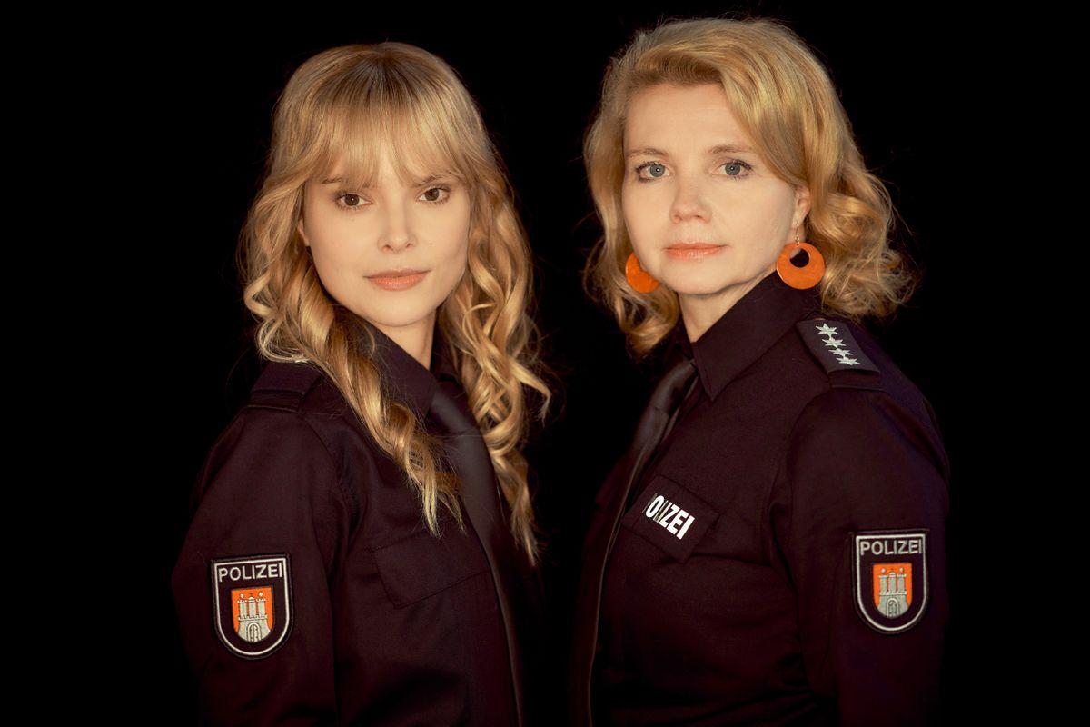 Blond und dunkelblau auf der Polizei-Leitstelle: Annette Frier (rechts) spielt eine erfahrene Polizistin, Maike Jüttendonk ihre noch ziemlich neue Kollegin.
