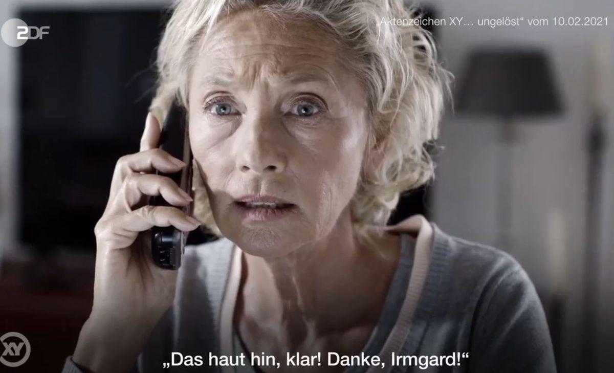 """Dieser """"Enkeltrick"""" sorgt für Fassungslosigkeit: """"Irmgard, du bist die Einzige, der ich vertraue"""", flehte der Mann mit der jungen Stimme. """"Bitte kannst du mir was leihen? Du bekommst alles von der Versicherung wieder!"""" Am Ende verlor die 64-jährige """"Frau Pietsch"""" (nachgestellte Szene) 131.000 Euro. Sachdienliche Hinweise erbittet die Polizei NRW Duisburg, Tel: 0203 - 280 0."""
