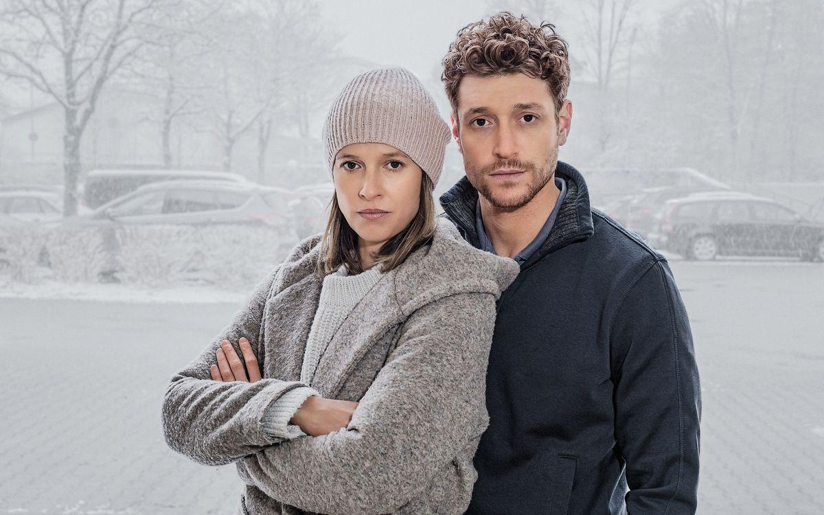 """Melanie (Lisa Bitter) droht ihrem Ehemann Lars (Daniel Donskoy) zu entgleiten und rutscht plötzlich in eine Welt der Verschwörungstheorien ab. Die Dramaserie """"Schlafschafe"""" soll im Mai auf ZDFneo laufen."""