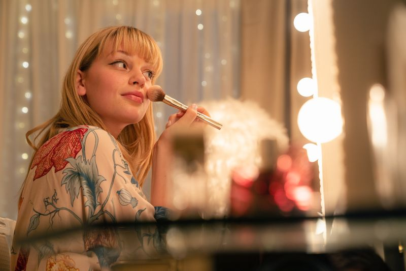 Nellie (Lilly Charlotte Dreesen) hat eigentlich keinen Grund zu klagen: Die Tochter aus reichem Hause kann sich jeden materiellen Traum erfüllen. Nur die Zuneigung ihrer einflussreichen Mutter bekommt die Jugendliche immer seltener zu spüren.