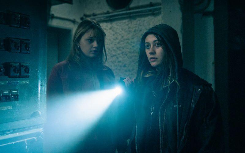 Ungeachtet ihrer gesellschaftlichen Differenzen machen sich Nellie (Lilly Charlotte Dreesen, links) und Tyler (Mercedes Müller, rechts) gemeinsam auf die Suche nach den verschwundenen Jugendlichen.